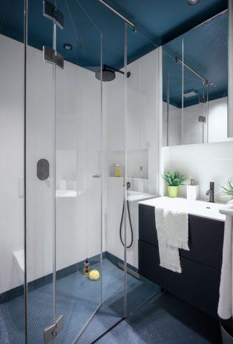 Ducha azul baño reforma de vivienda en Santa María de Getxo