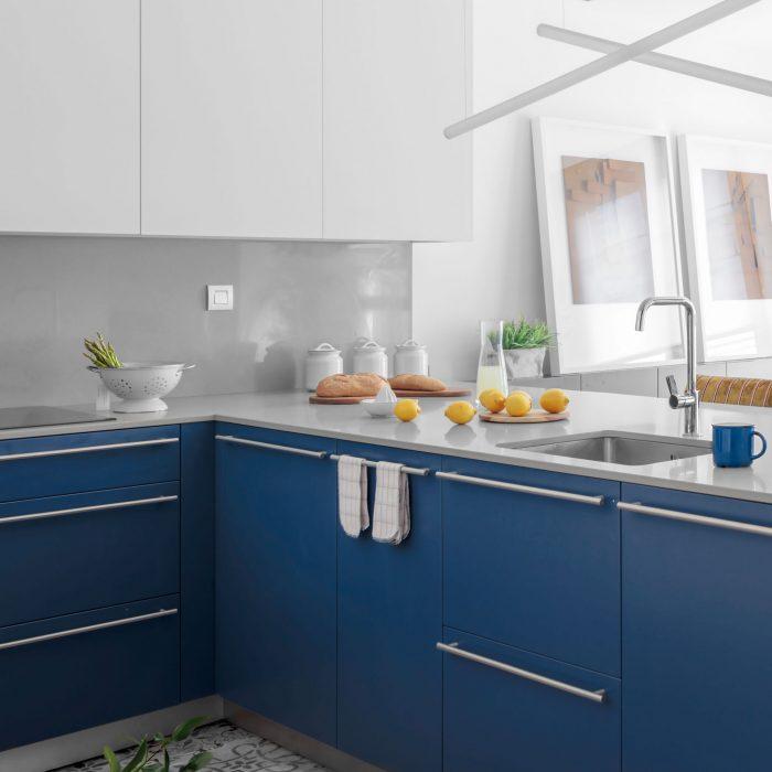 Cocina azul proyecto de reforma de vivienda antigua en el centro de Bilbao