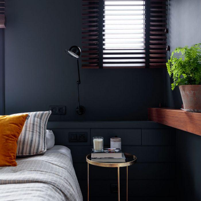 Mesita dormitorio reforma de vivienda en Santa María de Getxo
